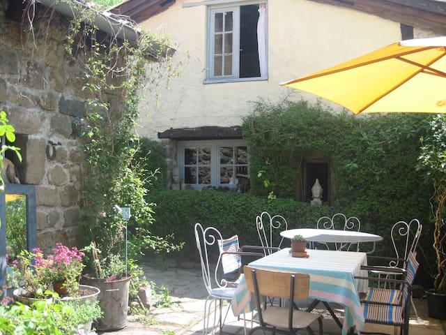 Charmante petite maison dans un hameau - Albon-d'Ardèche - Hus