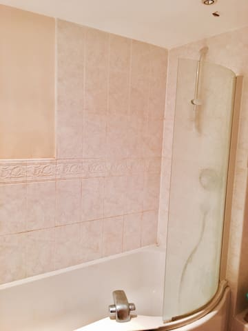 Double room. Walking distance to bus-stop. - Hatfield