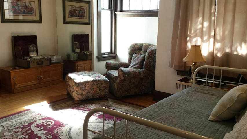 Daybed in the Windolph home on Main. - Lead - Casa