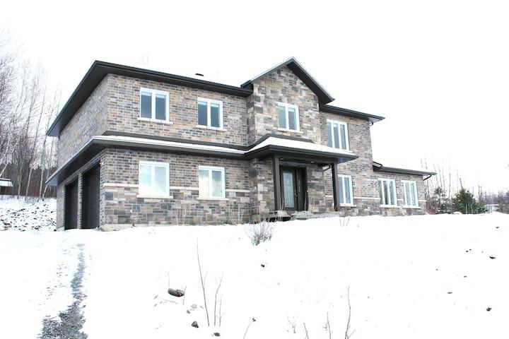 Grande maison neuve - 4 chambres - Sherbrooke - Huis