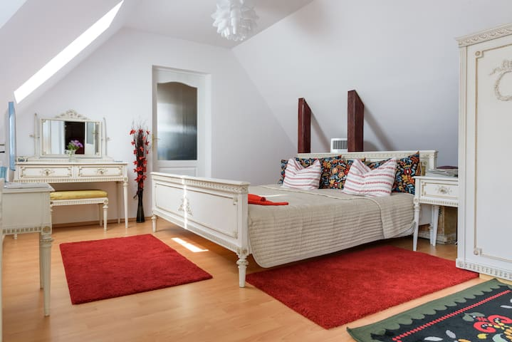 Old Town Character Studio Apartment & Great Views - Braşov - Casa
