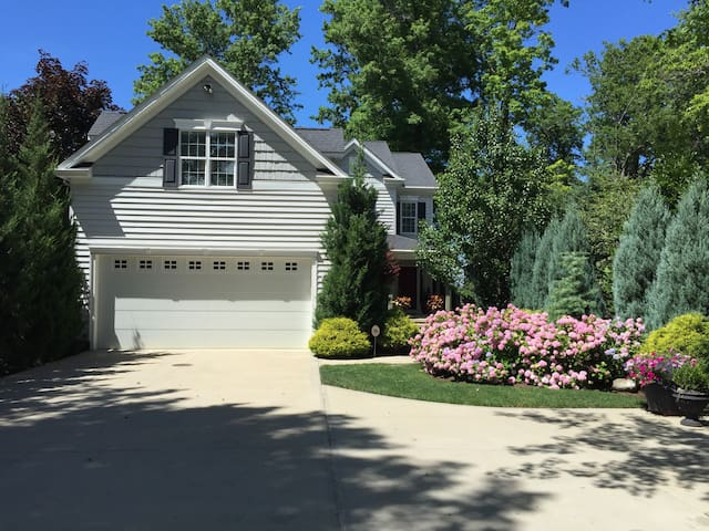 Lakefront Home 12 Miles from Downtown Cleveland - Euclid - Bed & Breakfast