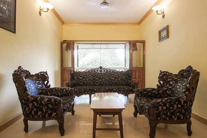 Great Room,Big House Best Location.Top rated stay! - Goa - Apartamento