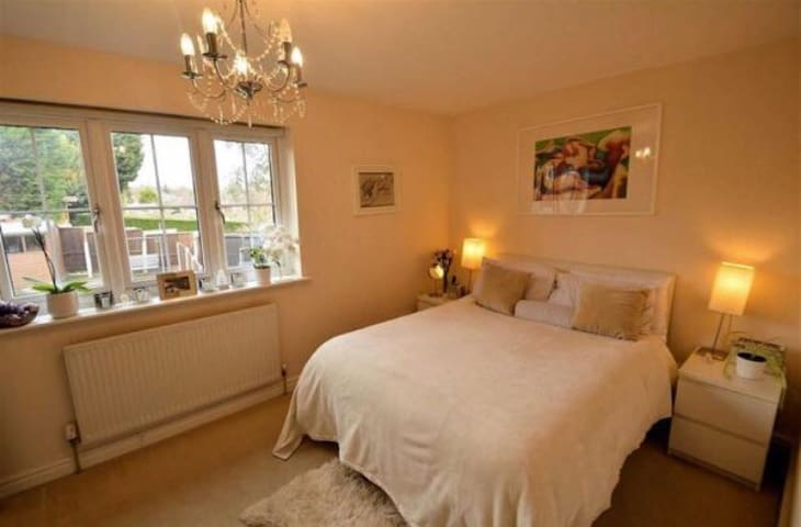 Charming En-suite Double Room near Epping Station - Epping - Huis