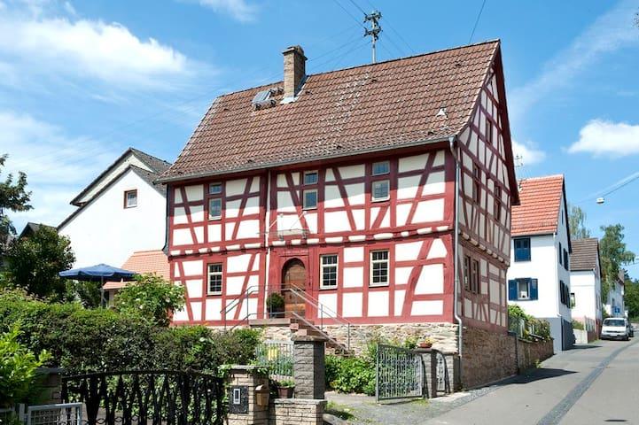 Historisches Fachwerkhaus - im Grünen und stadtnah - Wiesbaden - Huis