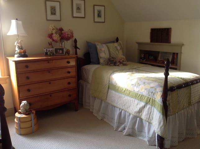 Quiet Room close to Brimfield Fair - Brimfield - Hus
