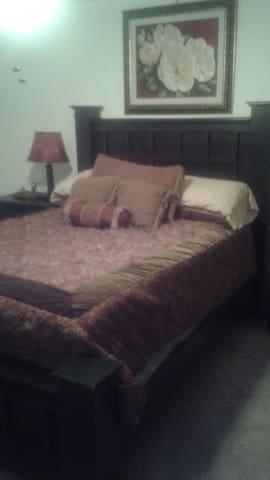 Cozy bedroom with own bathroom. - Gastonia - Huis