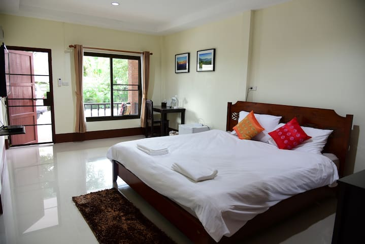 Gita's House, King Bed in Green & Quiet in Town - Mueang Chiang Rai - Casa de huéspedes