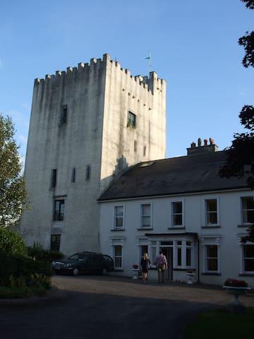 A Medieval 15th Century Castle - Tybroughney - Castelo