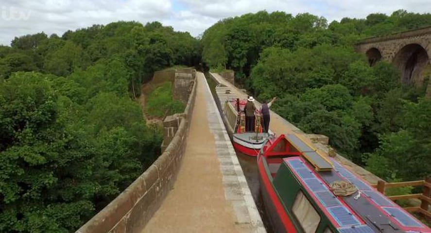 Barging into Derbyshire with Boatman Chris - Ashton-under-Lyne
