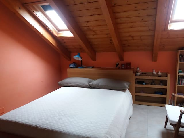 Bedroom with bathroom in the attic and snack area - San Pietro Mosezzo - Huis