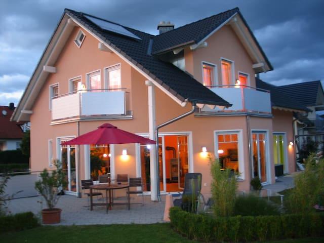 Zimmer mit Bad -ruhig im neuen Haus - Pfaffenhofen - Huis
