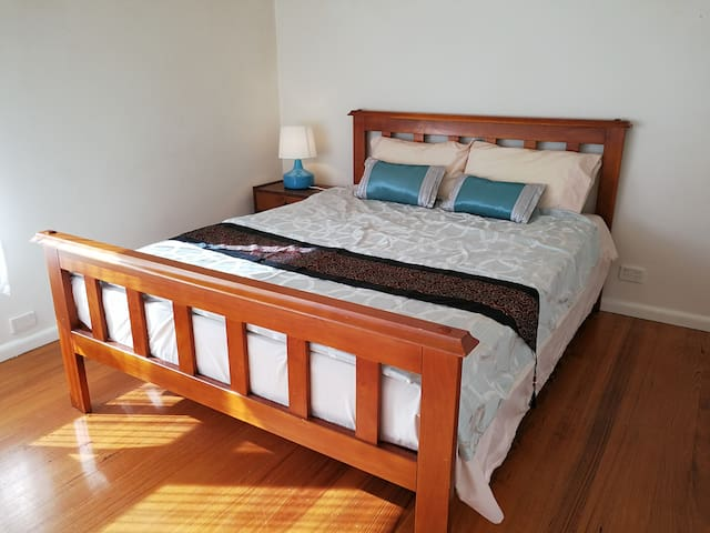 Warm 3 bedrooms house next to lake and station - Ringwood East - 一軒家