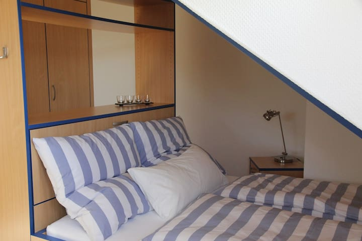Helles, großzügiges Zimmer mit toller Aussicht - Bretzfeld - Ev