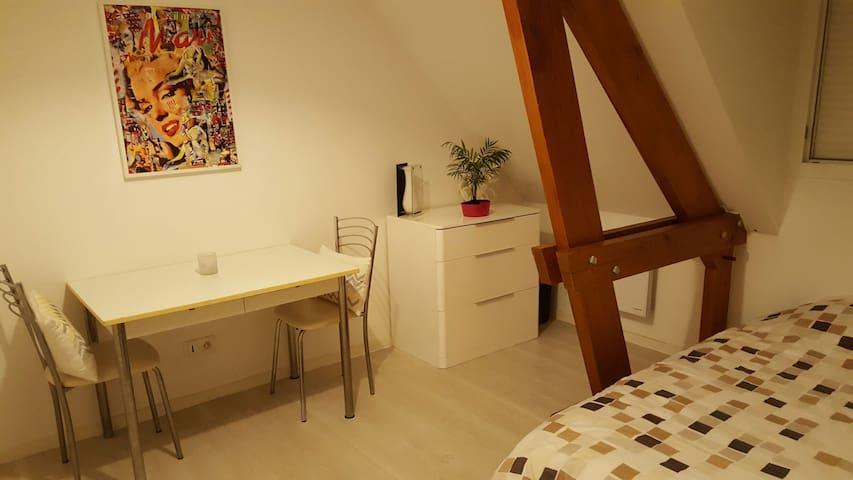 Belle chambre lumineuse au calme - condé sur vesgre - Lägenhet