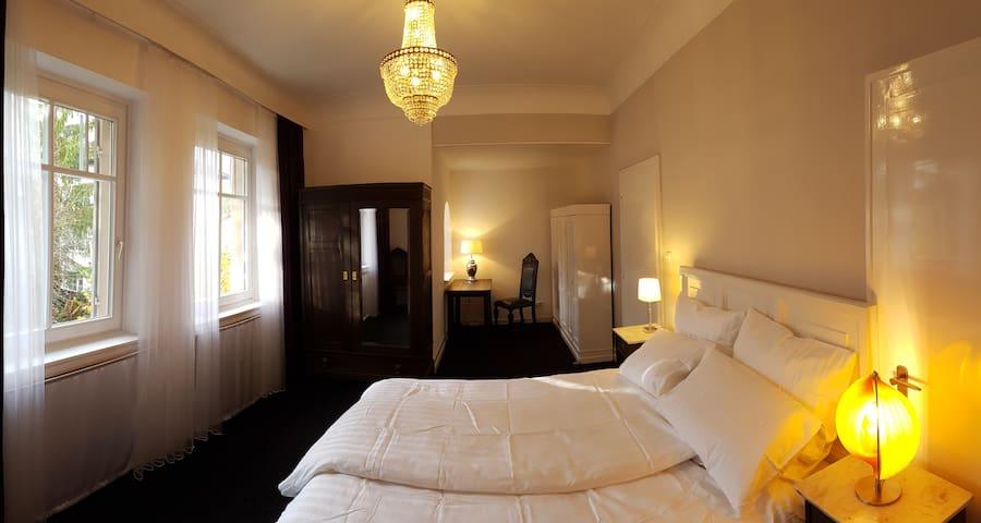 Großzügiges Zimmer mit Balkon in ruhiger Lage - Pforzheim - Villa