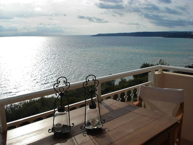 Cliff Beach House, 95 m², Private Beach - Nea Poteidaia - Huoneisto