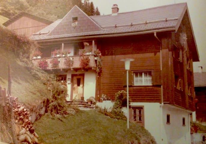 Historic house in an alpine farming village - Andiast - Ev