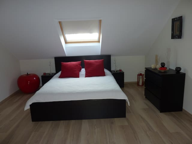 Belle chambre spacieuse avec coin télé et bureau - Piseng - Casa