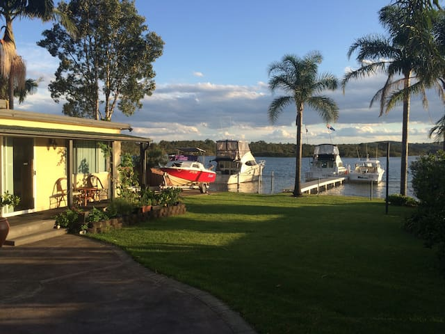 Lake house .Self contained unit. Waterfront - Fennell Bay - Lägenhet