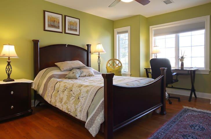 Large Private Suite +walk in closet - Livingston - Hus