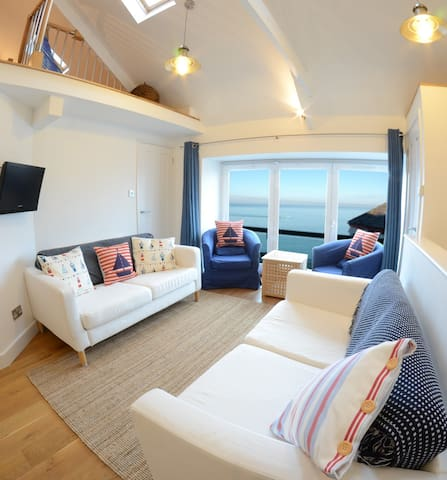 1 Bedroom Stylish Apartment Right on Sea Front. - New Quay - Appartement