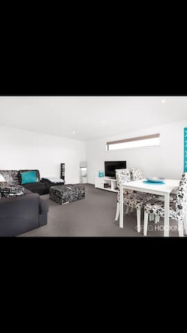 Modern unit with open plan living. - West Footscray - Daire