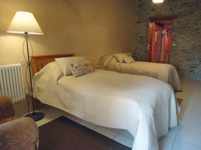 La Grange á Joch (2nd bedroom with 2 single beds) - Joch - Bed & Breakfast