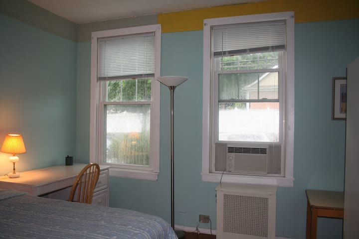 Private room with a street view - Hartsdale - Hus