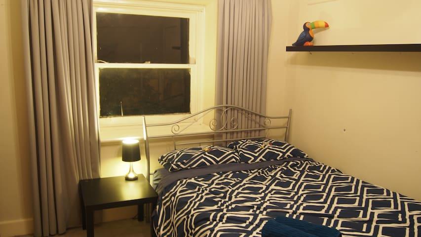Bedroom in leafy Canterbury - Canterbury - Casa