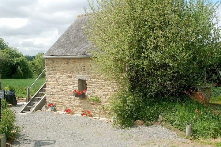 Mt St Michel Historic B&B cottage - Saint-Ouen-la-Rouërie - 家庭式旅館