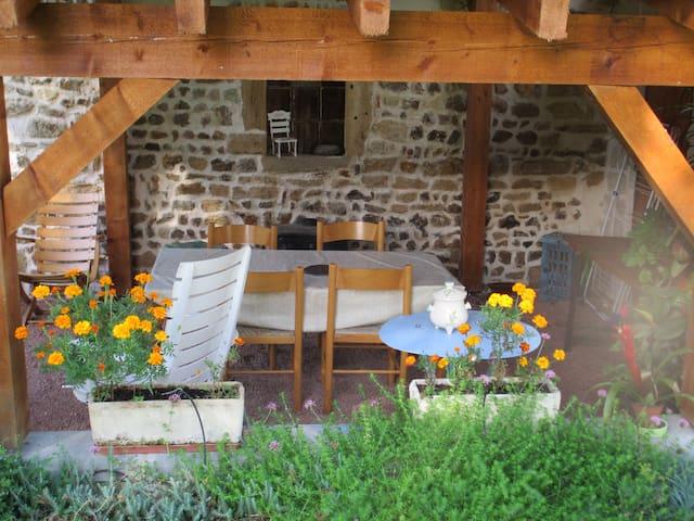 Maison de caractère, avec vaste jardin et barbecue - Saint-Pierre-la-Noaille