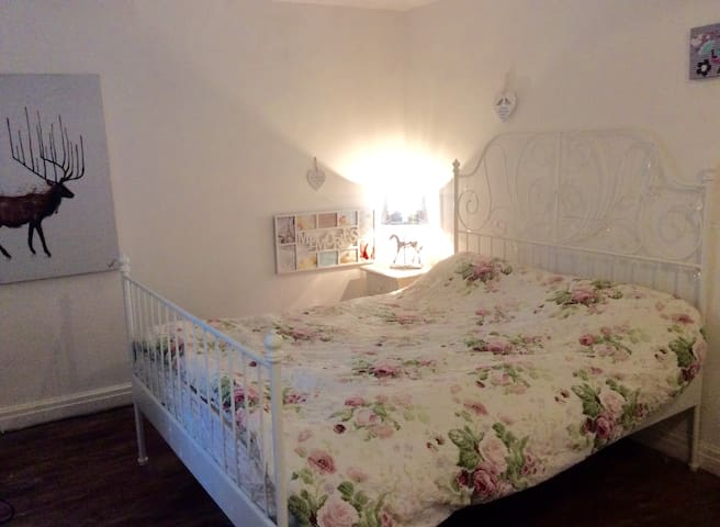 MANCHESTER AIRPORT clean kingbed ENSUITE-TV + WIFI - Altrincham - Huis