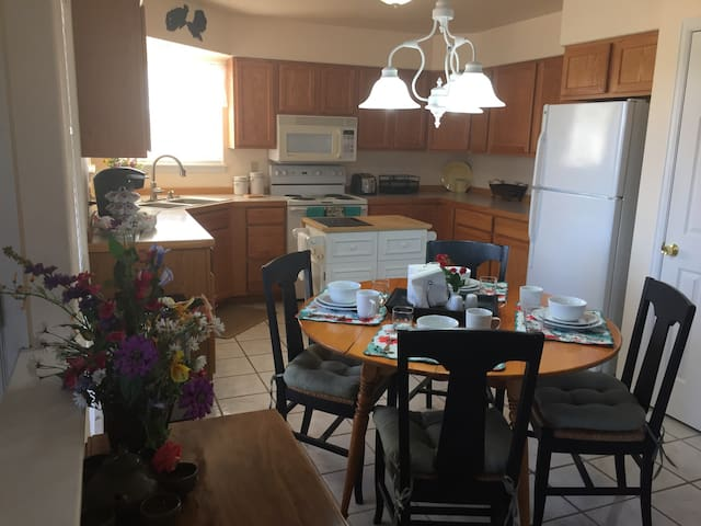 Mary's Cottage - Small Town Retreat - Elizabeth - Hus