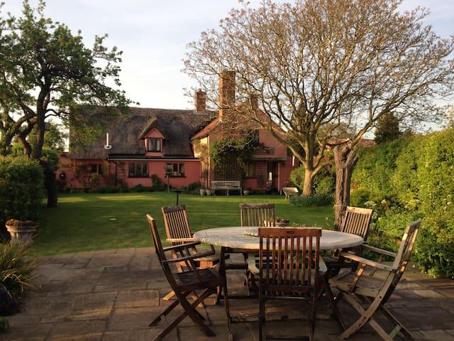 Charming cottage nr Bury St Edmunds - Shimpling - Bed & Breakfast