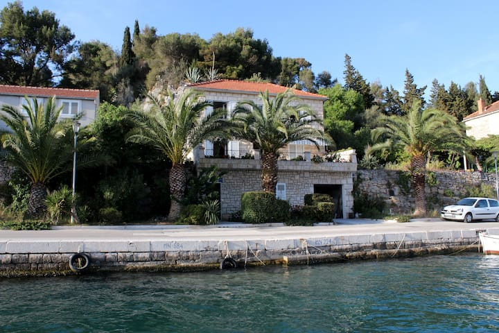 "House""Beba""on the Seafront /Milna - Milna"