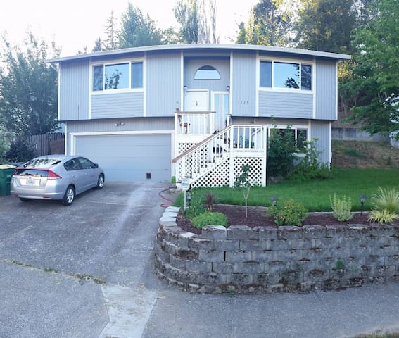 Spacious split level home right off the Gorge - Troutdale