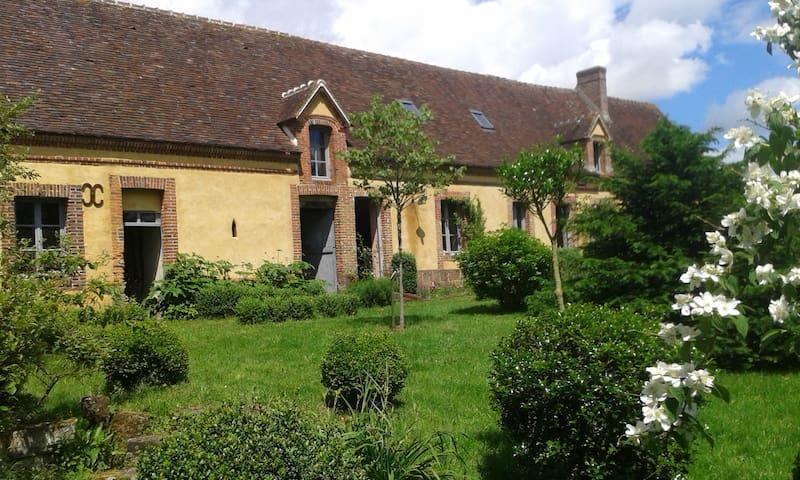 Belle maison de campagne, située à - Irai - Haus