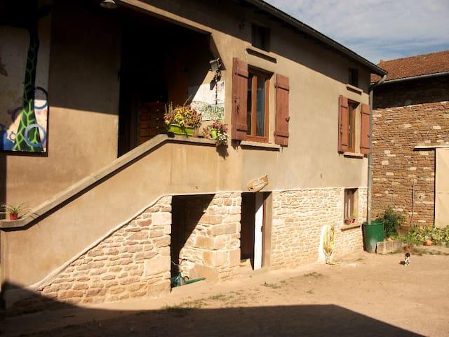 Chambre indépendante dans village maconnais. - Burgy - Wohnung