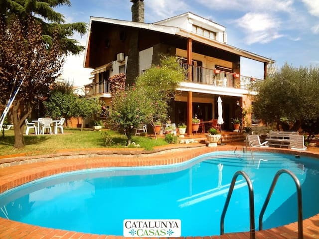 Majestic Villa Barbara, just 15km from Barcelona and 200m from the metro! - Barcelona - Villa