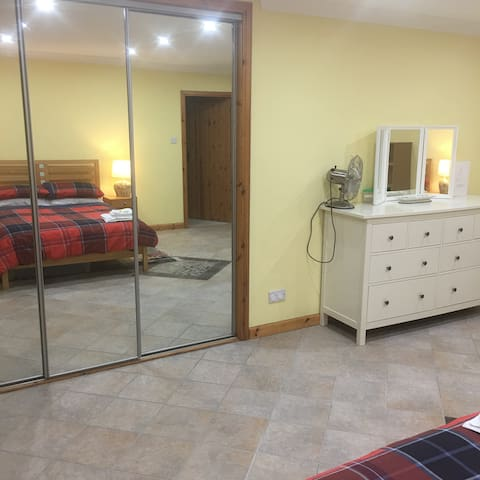 Spacious, double bedroom with ensuite shower room. - Braehead