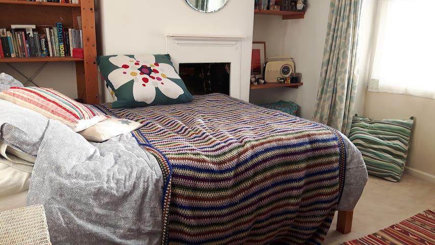 big comfortable room, quiet street in town centre - Bridport