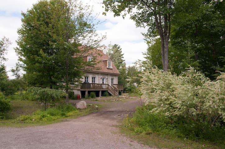 Chambres dans magnifique domaine nature et boisé - Saint-Colomban - Cabaña en la naturaleza