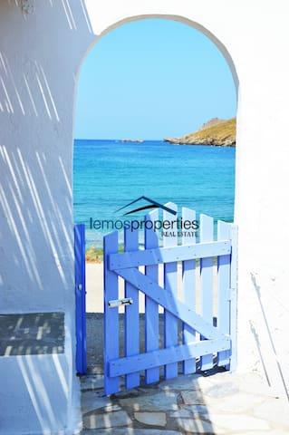 Sunny waterfront house set on the beach of Otzia. - Kéa - Hus