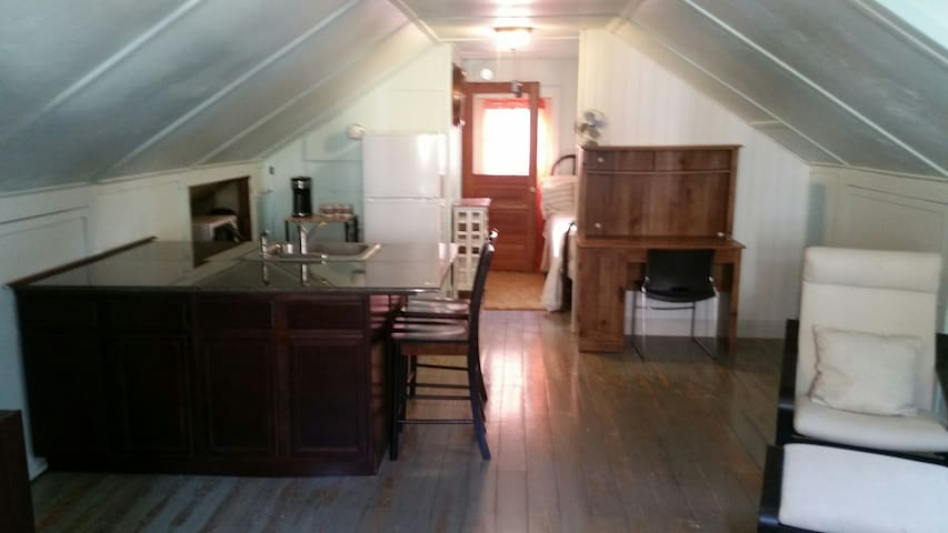 Downtown Getaway - Private Carriage House - Marietta