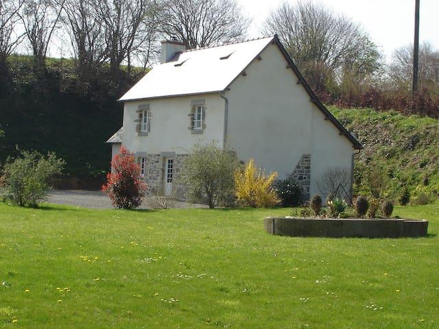 Maison en pierre avec Jardin - Le Mesnilbus - Huis