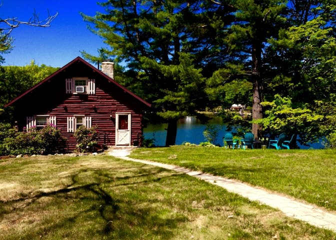 Waterfront Cabin on a quiet lake - West Brookfield - Stuga