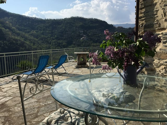 Stone House reformed with charme, confort and view - Borghetto d'Arroscia - Huis
