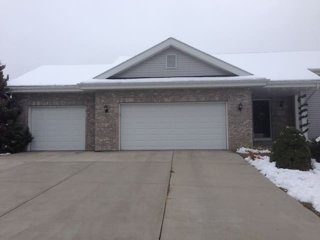 Spacious Finished Basement close to Madison - Fitchburg