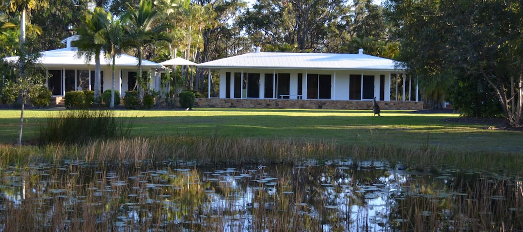 Beach Stone House: Secluded bushland hideaway - Noosa North Shore